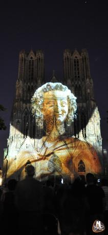 Ange au Sourire projeté sur la façade de Notre-Dame
