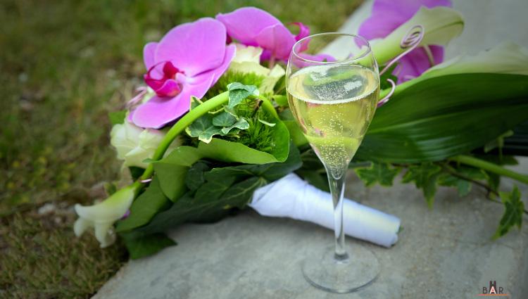 Flûte de champagne de la mariée au vin d'honneur