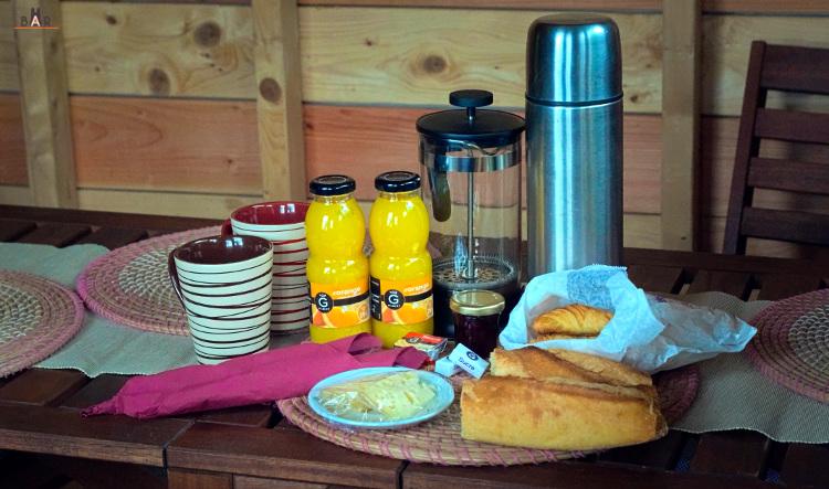 croissants, pain, café, jus d'orange, beurre, confiture, fromage