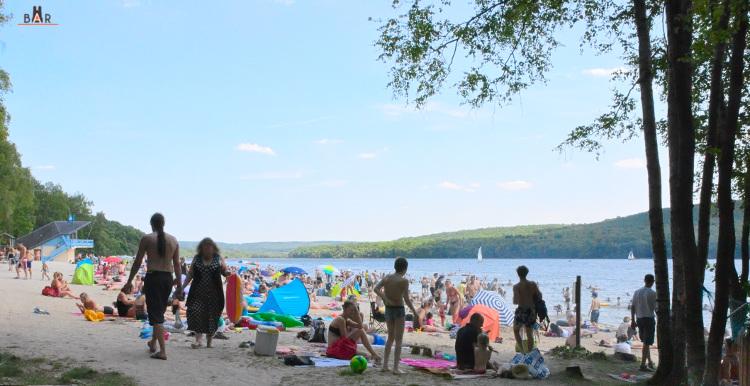 Plage du lac des Vieilles Forges en plein été