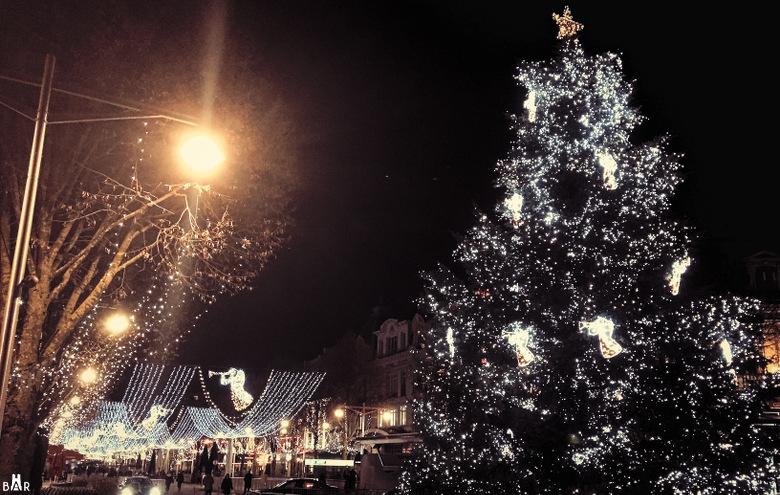 Le sapin de Noël au bout de la place d'Erlon